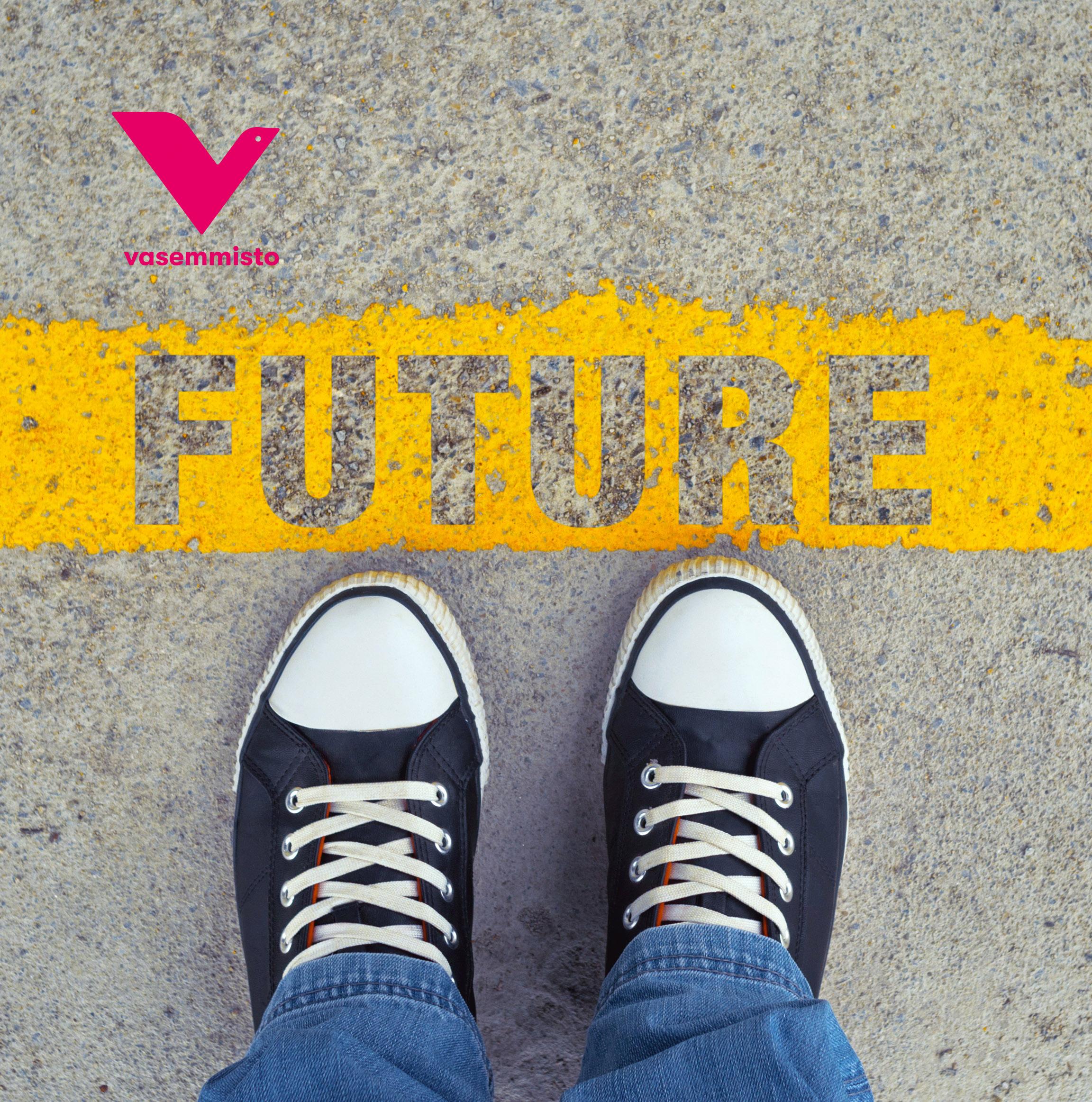 """Tennarit asfaltilla jossa keltainen teksti """"future"""" (tulevaisuus)"""